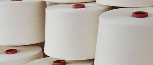 Viele Baumwollgarnrollen für die Herstellung von Daunendeckenhüllen