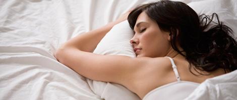 Eine junge Dame, die gesund schläft
