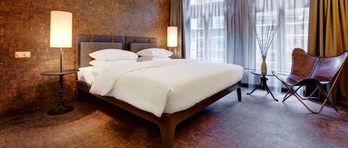 Hotelzimmer mit hochwertiger Bettdecke