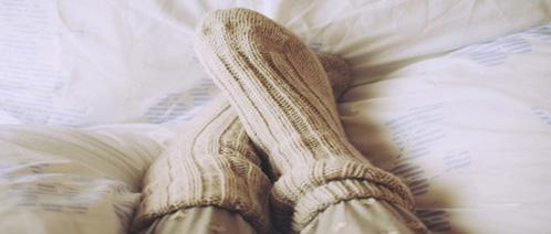 Warme Socken im Bett. Kampf gegen kalte Füße