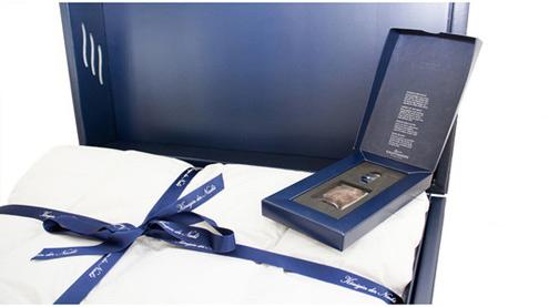 Eine handgefertigte Kauffmann Eiderdaunendecke luxuriös verpackt