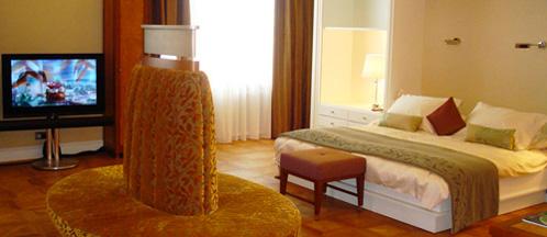 Eine Hotelbettdecke in einem Hotelzimmer
